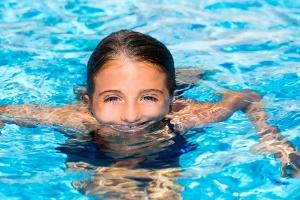 nadar en piscinas con exceso de cloro aumenta en los ni os